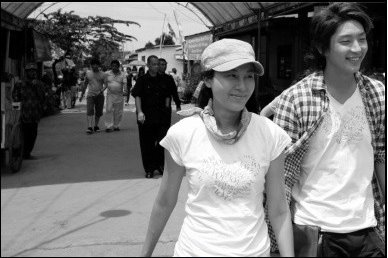 Kim Ha Neul & Lee Jun Kin in the village market.