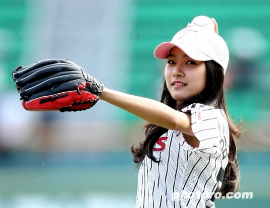 Kim So Eun pitching the ball