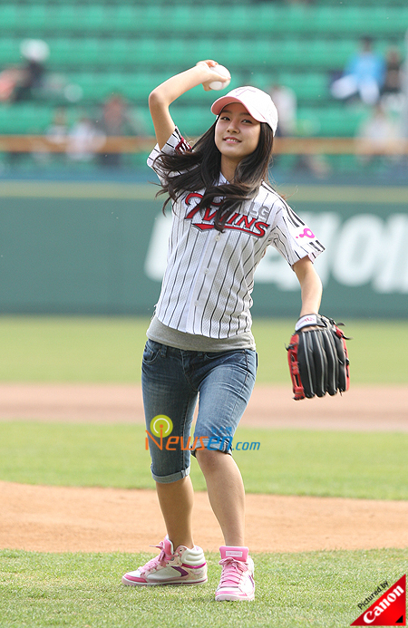 Kim So Eun throwing the ball