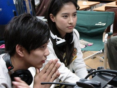 Yoo Seung Ho & Kim So Eun in Third Period Murder Mystery Filming.