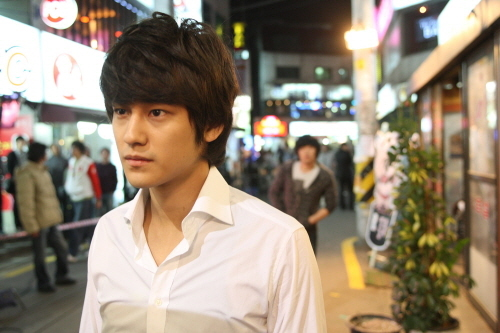 Kim Bum walking aimlessly in the street of Japan