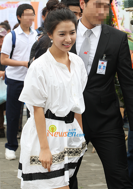Kim So Eun leaving the place