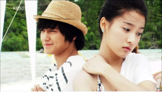 YiJung offer help to GaEul ^^