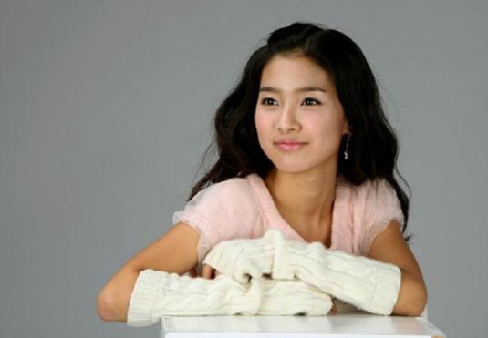 Kim So Eun in hand warmer