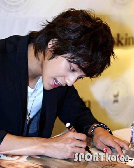 Kim Bum in It's Skin Autograph Session