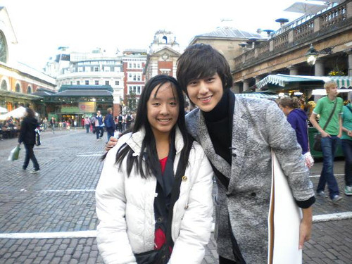 Kim Bum in England with a lucky fan.